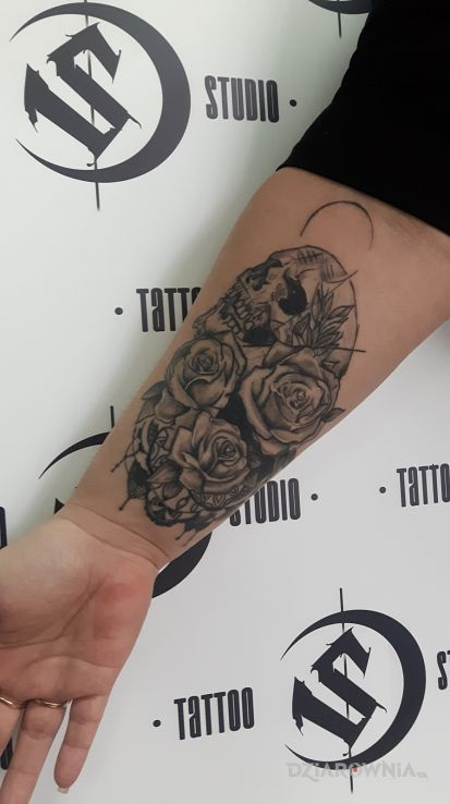 Tatuaż róza czacha - czaszki