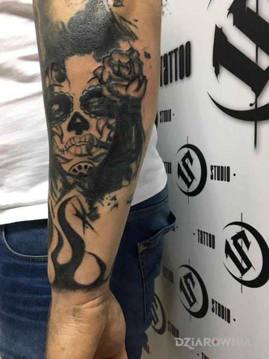 Tatuaż cover - kwiaty
