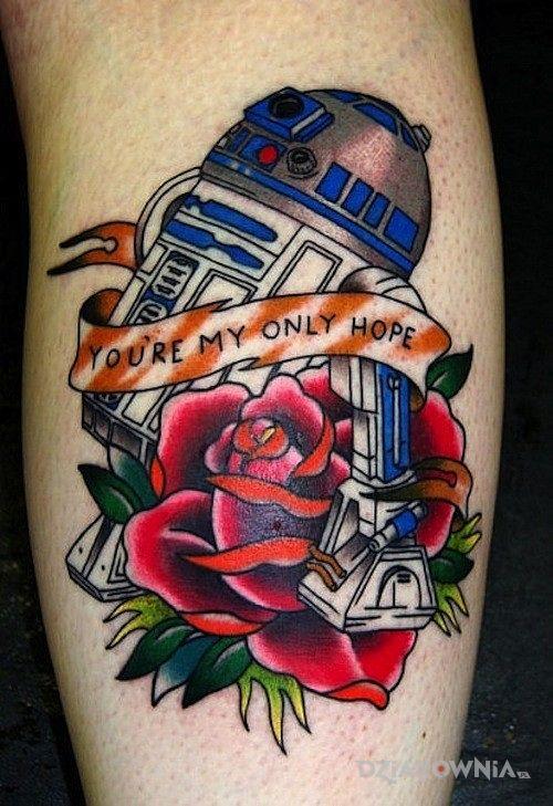 Tatuaż robot ze star wars w motywie postacie na łydce