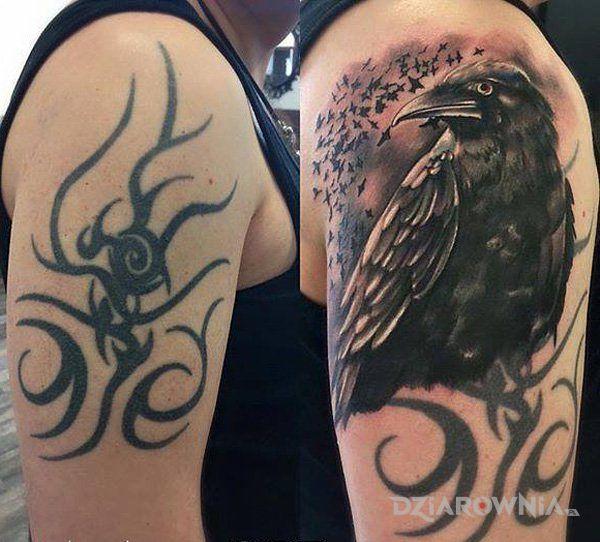 Tatuaż kruk w motywie czarno-szare i stylu realistyczne na ramieniu
