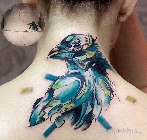 Tatuaż niebieski ptak w motywie kolorowe i stylu watercolor na karku
