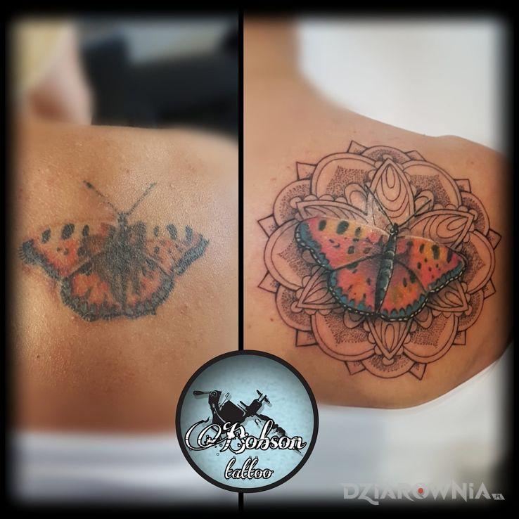 Tatuaż motyl w mandali - Cover Up