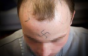 Współwięźniowie wytatuowali mu swastykę na czole. Nigdy nie zostali za to ukarani