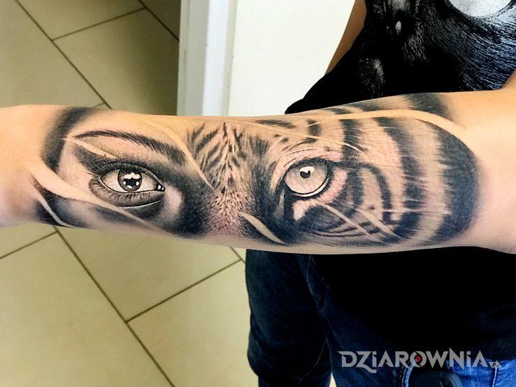 Tatuaż tygrys w motywie zwierzęta i stylu realistyczne na przedramieniu