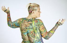 Mąż przez 40 lat kontrolował jej wygląd. Po jego śmierci w końcu wyzwoliła swoją miłość do tatuażu. Teraz jej skóra w 91% pokryta jest tuszem