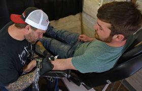 65 mieszkańców amerykańskiego Des Moines zgodziło się na zrobienie sobie tatuażu z logo pizzerii w zamian za dostęp do darmowej pizzy