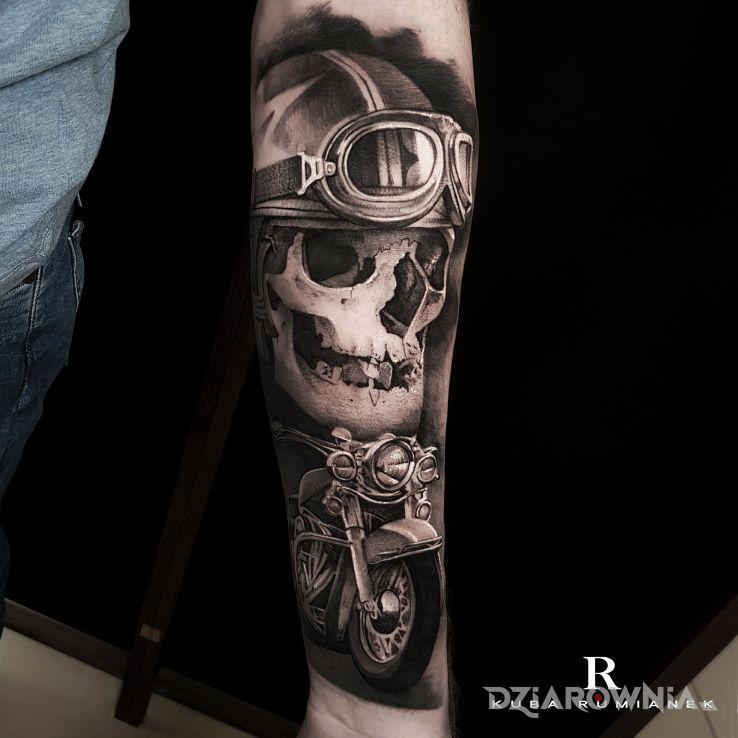 Tatuaż motocyklista w motywie czarno-szare i stylu realistyczne na przedramieniu