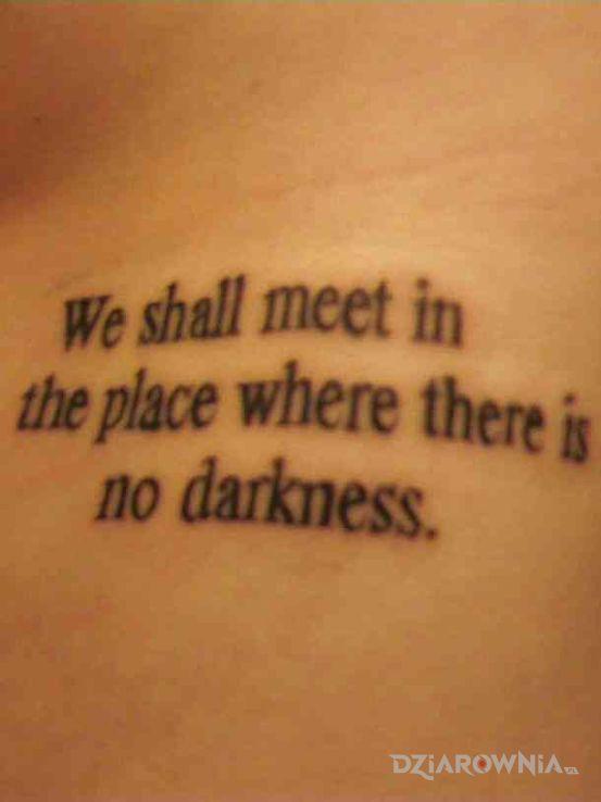 Tatuaż miejsce wolne od mroku w motywie napisy i stylu kaligrafia na przedramieniu