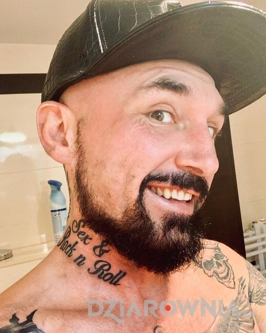 Tatuaż na szyi Patryk Vega