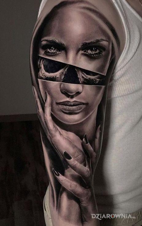Tatuaż pod twarzą w motywie czarno-szare i stylu realistyczne na ramieniu