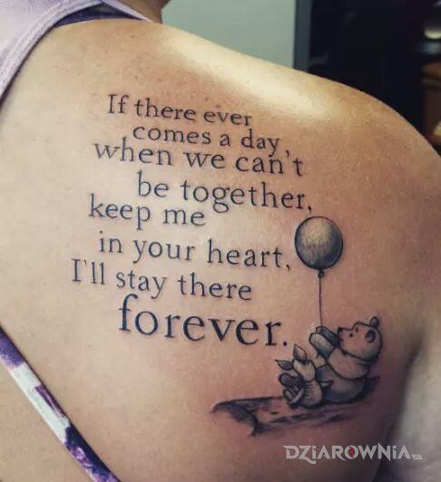Tatuaż z kubusia puchatka w motywie czarno-szare i stylu kaligrafia na łopatkach