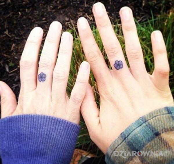 Tatuaż dwa kwiatki - miłosne