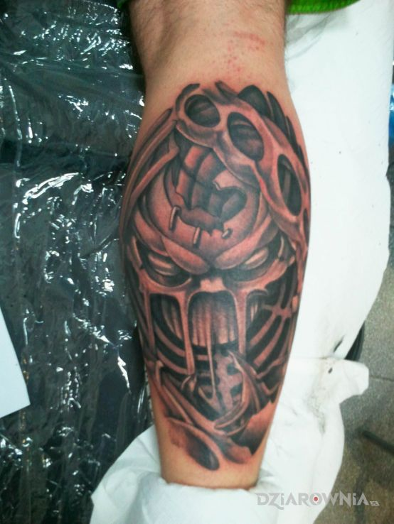Tatuaż czacha w nodze - biomechanika