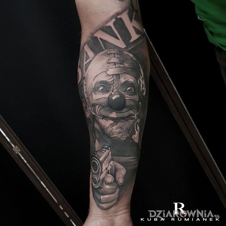 Tatuaż clown w motywie postacie i stylu realistyczne na przedramieniu