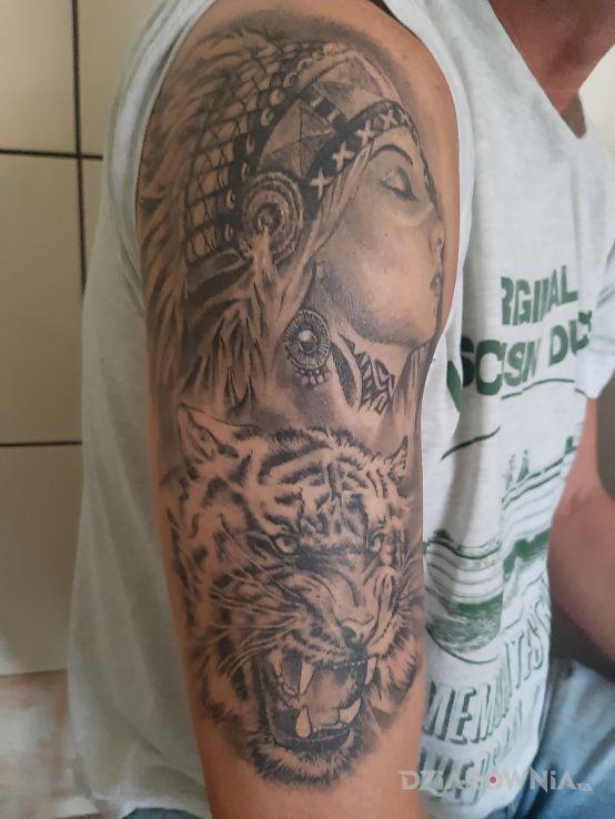 Tatuaż indianka i tygrys - indiańskie